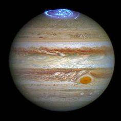 宇宙は時として、このように素晴らしい光景をもたらしてくれます。ハッブル宇宙望遠鏡は今回、木星の北極側にて巨大なオーロラを観測しました。しかもこのオーロラは地球よりも大きいというのですから、驚きですね!   今回の観測は、ハッブルが紫外線を測定することによって捉えたものです。また今回の写真は可視光でみた木星と、紫外線で観測したオーロラをESA(欧州宇宙機関)が合成したもの。ですので、天体望遠鏡でみてもこのような美しい光景が見られるわけではありません…残念。      レスター大学のJonathan Nichols氏は、「このオーロラは非常にドラマティックで、これまで見たどのオーロラよりも活発に活動しています。まるで、探査機ジュノーの到着を祝って木星で花火大会が行なわれているようです」と述べています。うーん、Nichols氏もなかなかロマンチストですね。  …