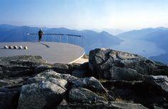 Abajo, el lago Maggiore  MIRADOR DE CARDADA, CIMETTI (SUIZA) / PAOLO L. BURGI. Las montañas, el agua, el bosque. El arquitecto suizo Paolo L. Burgi fue el responsable de una intervención en la cima del monte Cimetti, en Locarno (Suiza), con varios espacios de descanso, caminos y dos miradores, uno de ellos el de la fotografía