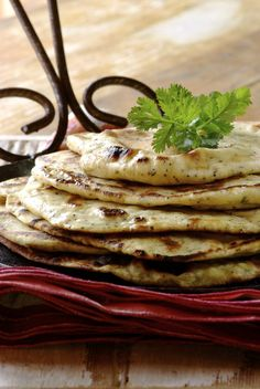 You won't need a traditional clay oven to make these Indian flat breads. An ordinary frying pan produces beautiful light yet chewy garlic flavoured bread! Indian Flat Bread, Clay Oven, Quick Bread, Naan, Quick Meals, Pastries, Muffins, Garlic, Rolls