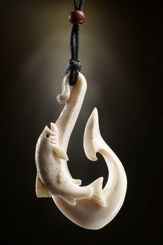 Unikat Schmuckanhänger Matau Forelle  aus Hirschgeweih.  Eine ausgezeichnete Arbeit von Len Kay mit aufwendigen Details.