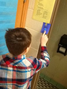 Classroom telling time hunt to the 5-minute... so fun! {this post contains a multiplication freebie too!}