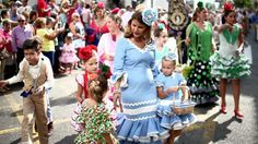 Femmes et enfants habillés de flamenco - Fuengirola, Malaga (Espagne)