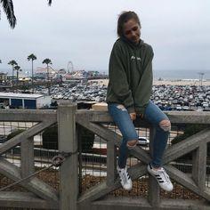 Fall trends | Khaki boyfriend hoodie, jeans and sneakers