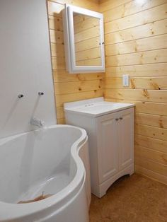 Corner bathtub in a tin house: Studio Tiny House by Tiny Diamond Homes
