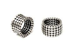 """Cinnamon Lee RINGS;  Jak widać masywne obrączki ślubne mogą być wklęsłe, mogą być wypukłe.  Załoga http://waszeobraczki.pl radzi pamiętać jednak o wygodzie noszenia. Przecież to będzie """"na całe życie""""."""