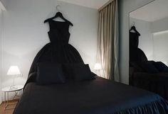 Cabeceros: un modelo para cada estilo. Estilo extravagante con vestido LBD (little black dress)