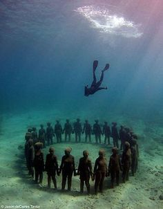 Vicissitudes, 26 life-size figures. Depth 5m. Grenada, West Indies. ▬ Jason deCaires Taylor's undersea City