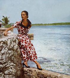 Jean Patchett in Enka Rayon dress designed by Earl Luick for Anna Miller, hat by John Frederics, photo by Robert Weitzen at Nassau in the Bahamas, Harper's Bazaar, January 1949 1940s Fashion, Vogue Fashion, Vintage Fashion, Fashion Models, Vintage Vogue, Vintage Glamour, 50s Vintage, Vintage Images, Vintage Style