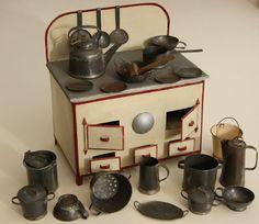 DINETTE ANCIENNE:CUISINIERE BALANCE NOMBREUX ACCESSOIRES EN FER BLANC Miniature Kitchen, Miniature Crafts, Miniature Houses, Miniature Dolls, Metal Toys, Tin Toys, Antique Decor, Antique Toys, Antique Tea Sets