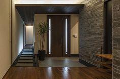 明るさを抑えた玄関が、リビングの開放感をひきたてる