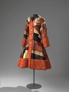 Dit is een van de monumentale creaties uit de collectie van het Amsterdam Museum. #FongLeng haalde inspiratie uit de art-decostijl en zowel de abstracte applicaties als de naam die zij de mantel gaf, verwijzen daarnaar.
