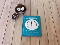 Den Store Klokkeboken! Et supert hjelpemiddel når barna skal lære klokken.   Inneholder:   - Hel time - Halv time - Minutter - Kvart over - Kvart på   - Døgn - Hva er klokken? - Si hva klokken er...  - Digital klokke + ekstra sider med øvelser.   Etter hvert tema er det laget tilhørende oppgaver. Alle sidene er laminert slik at barna kan skrive og vaske bort, om og om igjen.  Her kan barna tilegne seg viktig kunnskap på en morsom og praktisk måte. Forsiden har bevegelige visere. Whiteboard, Cooking Timer, Barn, Creative, Erase Board, Converted Barn, Barns, Shed, Sheds