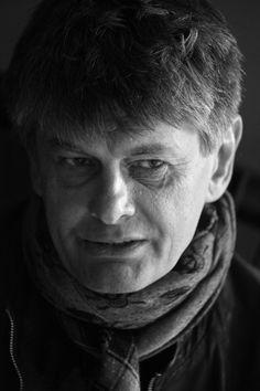"""Nie jestem artystą fotografikiem. Jestem robotnikiem fotografii zapierdalającym fizycznie, z ciężką torbą po ulicy"""" - mówił o swojej pracy Krzysztof Miller. Jeden z najlepszych polskich fotoreporterów wojennych zmarł 9 września w Warszawie. Miał 54 lata."""