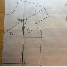 "اموزش ترفندوتکنیک های خیاطی on Instagram: "". پیج اموزش گلدوزی ما 👇👇 . . @oollggoo . @oollggoo .  پیج کار با الگو 👇👇 . . . @olgo__amozeshii .  @olgo__amozeshii . . . ."" Circle Skirt Pattern, Bodice Pattern, Collar Pattern, Dress Sewing Patterns, Blouse Patterns, Clothing Patterns, Sewing Collars, Sewing Sleeves, Sewing Alterations"