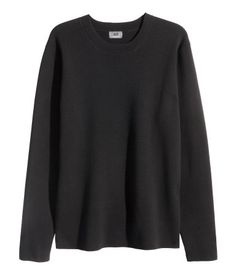PREMIUM QUALITY. Fine-knit, long-sleeved sweater in textured premium cotton. Slightly wider ribbing at neckline.