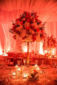 Bring the drama to your wedding party with this tall and fine-looking centerpiece