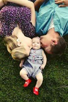 Baby/family photo session-love this pose! By Ampersand Studios via On To Baby I love the motion you can see in her feet… I can just see those little legs kicking in glee! | best stuff