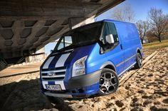 Jeszcze kilka lat temu Ford Transit w odmianie Sport był unikatowym kąskiem o mocno limitowanej liczbie egzemplarzy oferowanych gdzieś w wyspiarskiej części Europy. Teraz to nietuzinkowe auto dostawcze można kupić także w Polsce.