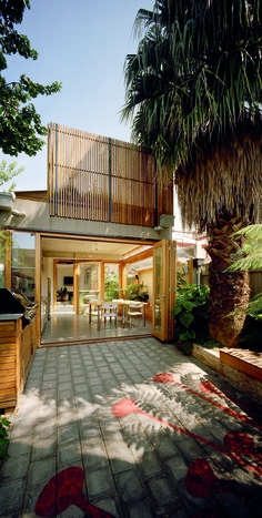 Completed in 2006 in Melbourne, Australia. Images by Emma Cross. Located on a narrow site in Melbourne, the Green House was inspired by our client's connection with landscape and represents the innovative use of...