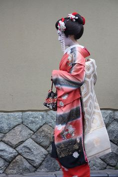 A fascinating kimono! Japanese Geisha, Japanese Kimono, Japanese Girl, Japanese Things, Girl Train, Kimono Japan, Memoirs Of A Geisha, Samurai, Japanese Costume