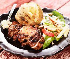 Smakrikt kryddsmör med lök, vitlök, sweet chili och lime, att servera till grillat kött istället för sås. Gott till allt från entrecôte till karré, eller som här med grillad BBQ-schnitzel och bakad potatis.