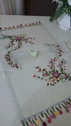 Hand Embroidery Patterns Flowers, Ribbon Embroidery Tutorial, Machine Embroidery Projects, Silk Ribbon Embroidery, Hand Embroidery Designs, Diy Embroidery, Cross Stitch Embroidery, Brazilian Embroidery, Embroidery Techniques