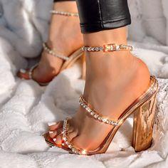 Fancy Shoes, Pretty Shoes, Beautiful Shoes, Me Too Shoes, Heels Outfits, Mode Outfits, Fashion Heels, Fashion Boots, Leggings Fashion