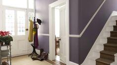 flur mit gestaltung in lila farbe - treppen, blumen und hänger