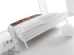 Bett und Sommier aus naturbelassenem anodisiertem oder poliertem Aluminium.  Ausführung: mit 57 cm hohem Kopfteil, Sommier und Himmelbett.  Die Version mit Kopfteil H 57cm (nur Profil) ist auch in …