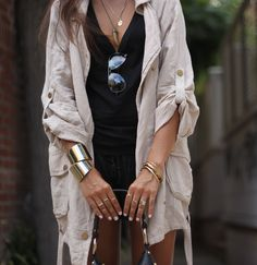 gold accessories with a beige jacket~ such a standout neutral colour outfit Passion For Fashion, Love Fashion, Womens Fashion, Black And White Outfit, Sunnies, Do It Yourself Fashion, Dress To Impress, Autumn Winter Fashion, What To Wear