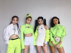 Moonbyul, solar, hwasa y wheein Stage Outfits, Kpop Outfits, Cute Outfits, Kpop Girl Groups, Korean Girl Groups, Kpop Girls, Pink Floyd Dark Side, Runway Models, Kpop Fashion