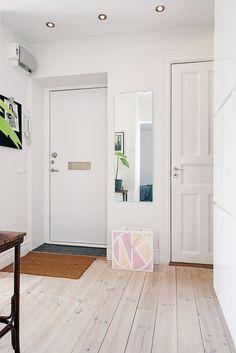 Hela lägenheten går i vitt och ljust trä