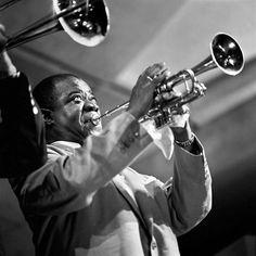 Image from http://4.bp.blogspot.com/-UBDy_Z8M1KY/TzHWtl3vDTI/AAAAAAAABdU/4eyPfUYt6eU/s640/herman-leonard-the-art-of-jazz-louis-armstrong.jpg.