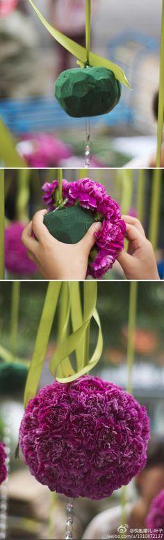 DIY Decoração suspensa com cravos em espuma floral.
