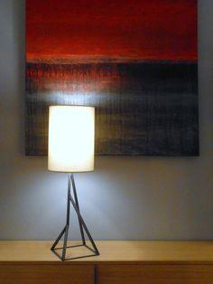 Design d'une lampe MOUNTAIN devant tableau de Nathalie Autour, peintre