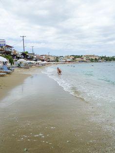 Agia Pelagia, pieni ja rauhallinen kylä Kreetalla. Kylän edustalla oleva ranta, jonka varrella ravintoloita.
