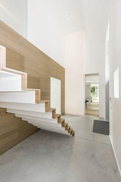 Deze 'zwevende trap' in metaal werd bekleed met eiken planken. Ontdek meer op onze website... Art Of Living, Stairways, Decoration, Scale, Villa, Interior Design, House, Elevator, Showroom