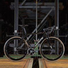 A sleek looking @alchemybicycles Helios decked out with full cockpit and SES 4.5s.  @saddleback_ltd  #iRideENVE #BuiltwithENVE #iRideENVE #ENVEComposites #Cycling #CarbonWheels #MountainBike #HandbuiltBikes #BikePorn