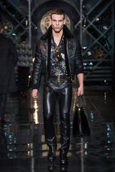 Versace Men's Fall Winter Fashion Show Fashion Tape, Men Fashion Show, Fashion Moda, Mens Fashion Suits, Leather Fashion, Leather Men, High Fashion, Leather Pants, Fashion Outfits