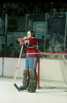 A great early shot of Ken Dryden from 1973 sporting his early pretzel-style face mask. Bruins Hockey, Hockey Goalie, Hockey Players, Ice Hockey, Montreal Canadiens, Pens Hockey, Hockey Cards, Hockey Stuff, Nhl