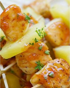 Hawaiian Chicken Bites Recipe Hawaiian Chicken Bites – amazing chicken skewers with pineapple with Hawaiian BBQ sauce. This recipe is so easy and a crowd pleaser. Hawaiian Chicken Kabobs, Hawaiian Bbq, Chicken Skewers, Hawaiian Theme, Think Food, Chicken Bites, Snacks Für Party, Luau Party, Beach Party