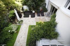 Le jardin de 150 m2 était en friche, les propriétaires souhaitaient : créer un lieu de détente et salle à manger, se protéger du voisinage, créer une zone plus fraîche en été.