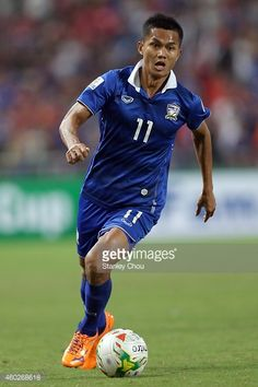 mongkol-thosakrai-of-thailand-controls-the-ball-during-the-2014-aff-picture-id460268618 (396×594)