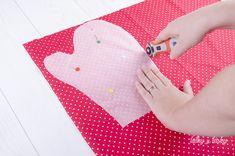 Jednoduchý návod ako ušiť kuchynskú chňapku Kids Rugs, Handmade, Home Decor, Scrappy Quilts, Hand Made, Decoration Home, Kid Friendly Rugs, Room Decor, Home Interior Design