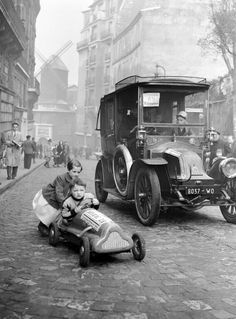 Paris c1920. Rue Lepic, Montmartre. The windmill in the background is Moulin de la Galette  - check more here http://camera-tricks.tk/