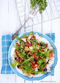 Salad with chicken, arugula and black olives | Gotowanie ze stylem