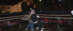 """En la noche del Sábado de Gloria, cientos de personas se reúnen en la plaza del barrio de Santa Ana (Huancavelica), para ser testigos del """"cuchuscha"""", una lucha tradicional en la que los contendores no usan los puños."""