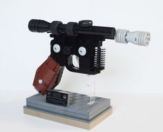 If you are a Star Wars fan, you are familiar with the heavy blaster that Han Solo used. This is that famous blaster recreated in LEGO bricks. Lego Star Wars, Lego Chevalier, Han Solo Blaster, Lego Guns, Lego Knights, Nerd Crafts, Cool Lego, Awesome Lego, Lego Models
