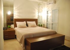Para o quarto dos recém-casados, a decoradora Ivete Adorno Lopes fez um ambiente, de 18 m², bem aconchegante. O destaque está nos espelhos colados ao lado da cama, que dão sensação de amplitude no quarto.