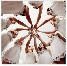 Las amigas son las mejores aliadas de la novia ya sea para ayudar con los preparativos o divertirse en la fiesta de casamiento al compás de la música. Hoy les dedicamos esta foto que tiene que estar sí o sí en tu album!